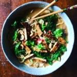 Nudelsoppa med grönkål och tempeh