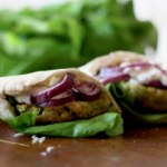 Pitabröd med falafelbiffar på gula och gröna ärtor