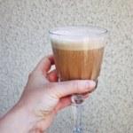 Kaffedrink på överblivet kaffe, havredryck, kardemumma och dadlar
