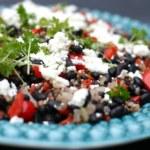 Ljummen sallad på svarta bönor och quinoa