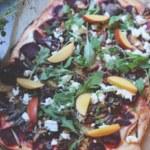 Pizza bianco med rödbetor, valnötter och nektarin