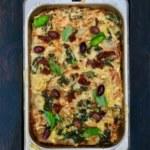 Vegetarisk grönkålslasagne med linser, soltorkade tomater och oliver
