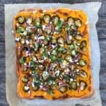 Pumpapizza med brysselkål och snabbpicklad rödlök