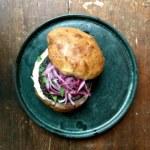 Bönburgare grekisk style, med hembakat hamburgerbröd, tsatsiki och picklad rödlök