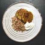 Morot -och zucchinibiffar med matvete och citronsås