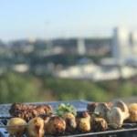 Grillkväll: veganska färsspett, örtmarinerade grillade potatisar och tsatsiki