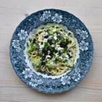 Krämig pasta med oliver och svarta bönor