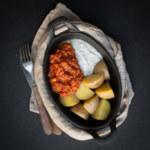 Kryddig tomatsås på gula ärtor med potatis och dillsås