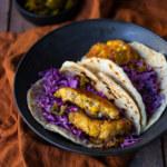 Majs, bön och jalapeño-fritters med coleslaw och tortillabröd