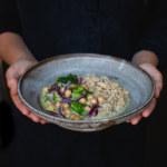 Gröncurrygryta med rödlök, broccoli och kikärtor