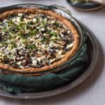Grönkålspaj med champinjoner, oliver och soltorkade tomater