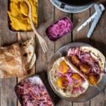 Saffransfalafel med coleslaw, tortillabröd och snabbpicklad rödlök