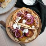 Falafel på gula ärtor med vitlökssås och coleslaw