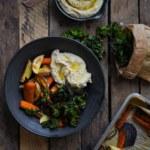 Vegoskål med hummus, rotfrukter och grönkålschips
