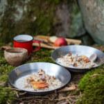 Bovetegröt med dadel, kokos och äppeltopping på stormkök