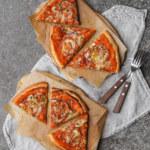 Pizza med ajvarkikärtskräm och grönsaker