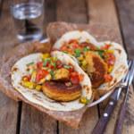 Kikärtsbiffar med majssås och tortillabröd